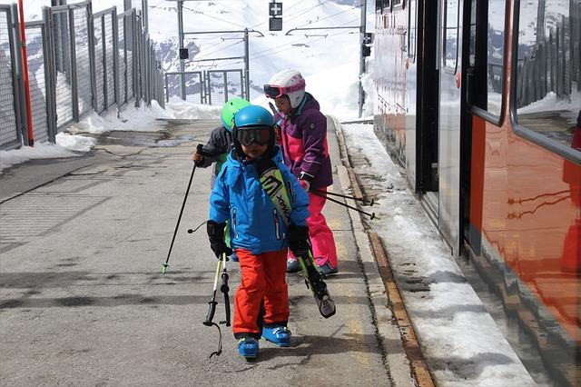 Kinder skifahrend